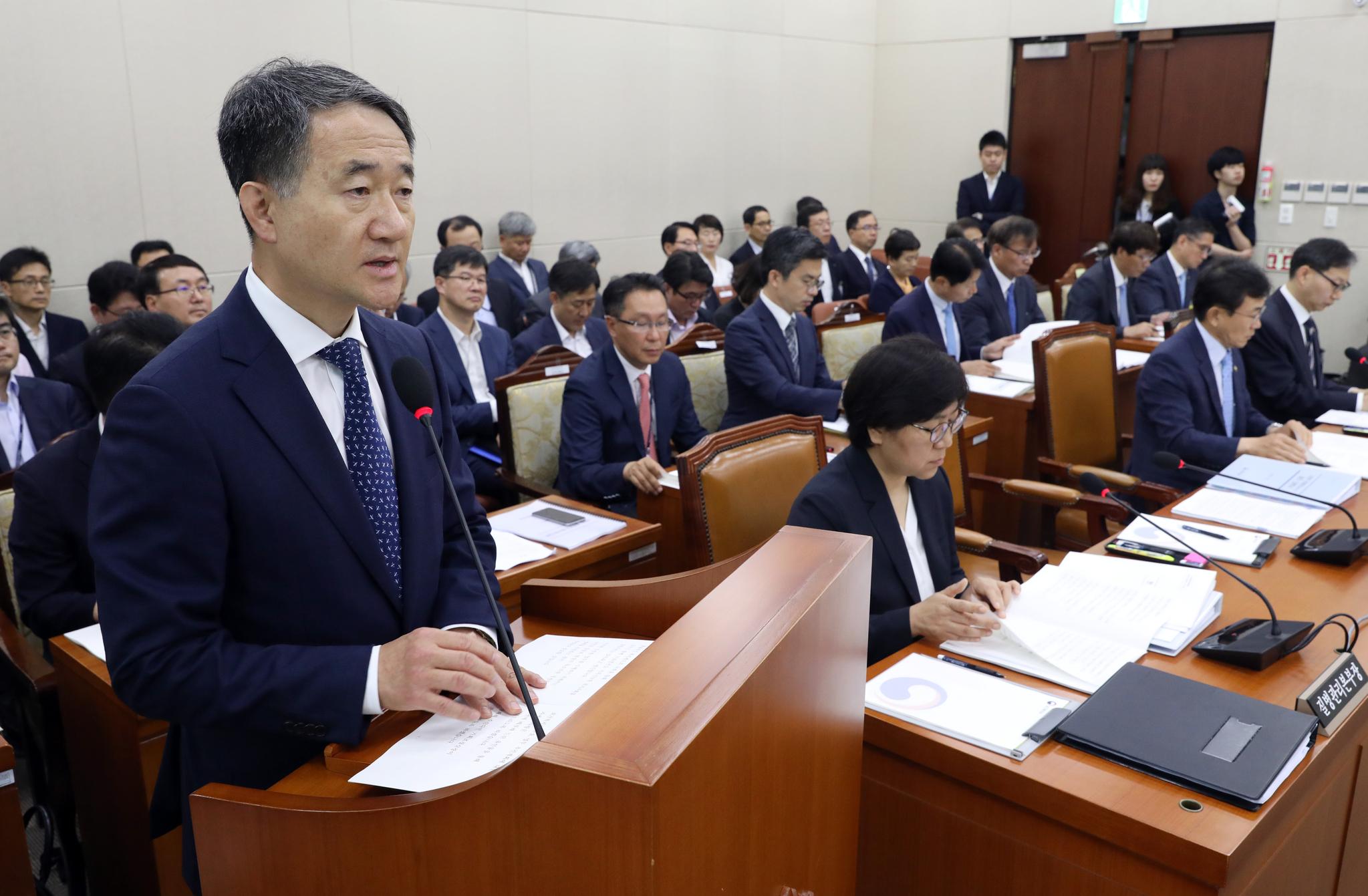 박능후 보건복지부 장관이 25일 국회에서 열린 보건복지위원회 전체회의에서 업무보고를 하고 있다. [뉴스1]
