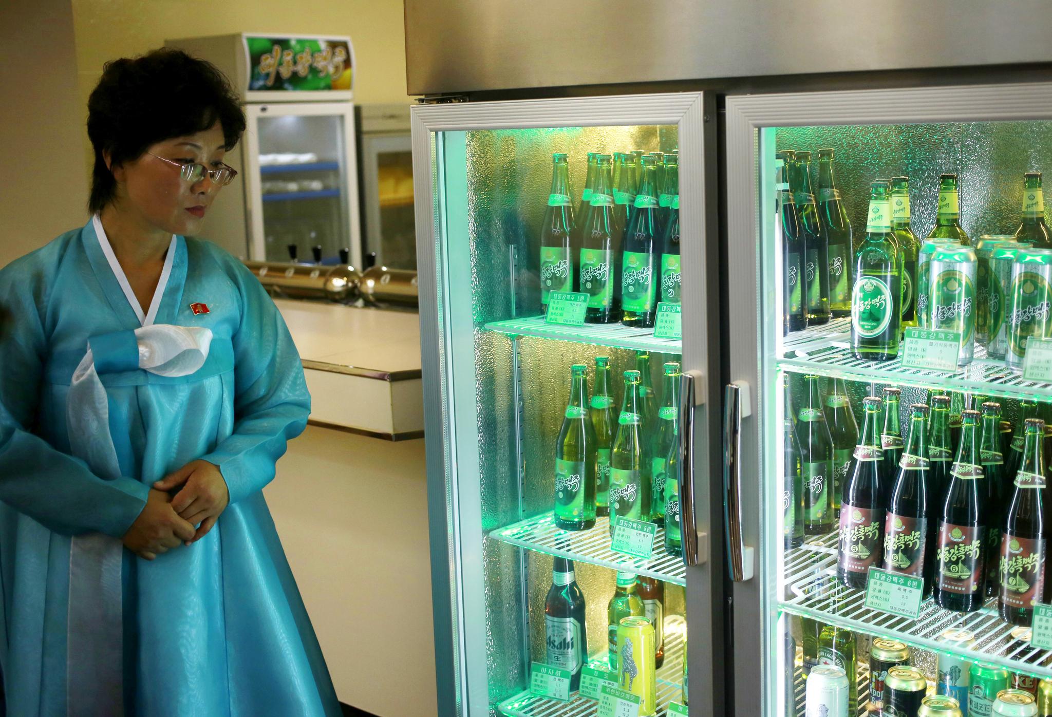 23일 북한 평양 대동강 맥주 생산 공장 냉장고에 원료에 따라 7가지 제품으로 제조된 대동강 맥주가 놓여있다. 대동강 맥주는 룡성맥주와 함께 북한을 대표하는 맥주로 전 이코노미스트지 기자 다니엘 튜더는 지난 2012년 기사를 통해 '한국 맥주가 대동강맥주보다 맛없다'고 이야기한 바 있다. [AP=연합뉴스]