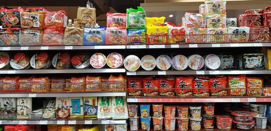 미국 로스앤젤레스(LA) 외곽 치노밸리의 대만계 대형 슈퍼마켓 '99 랜츠 마켓'의 라면코너. 한국 농심 신라면 뿐 아니라 일본, 중국 등 다양한 나라의 인스턴트 라면들이 전시돼 있다. 최준호 기자