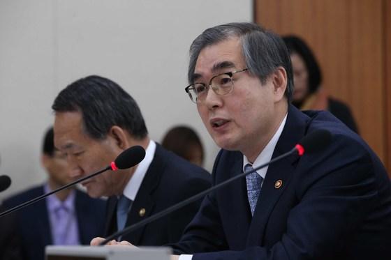 2016년 7월 국회 정무위원회 종합감사에 참석한 정재찬 공정거래위원장(오른쪽) [중앙포토]