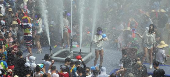장흥 '정남진 물축제'를 찾은 관광객들이 소방차와 분수 등에서 쏟아지는 물세례를 즐기고 있다. [사진 장흥군]