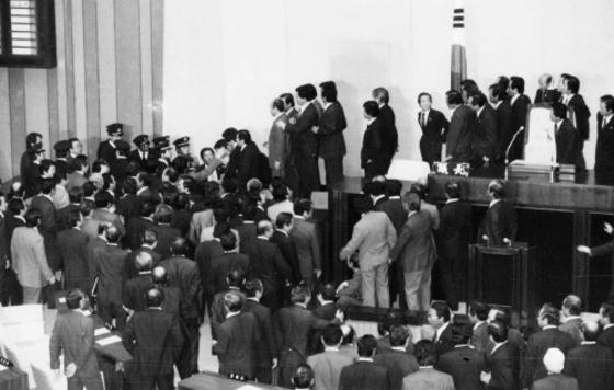 1954년 11월 국회 본회의장에서 초대 대통령의 중임제한을 없애는 '사사오입 개헌안'이 통과되자 야당 의원들이 항의하고 있다. [중앙포토]