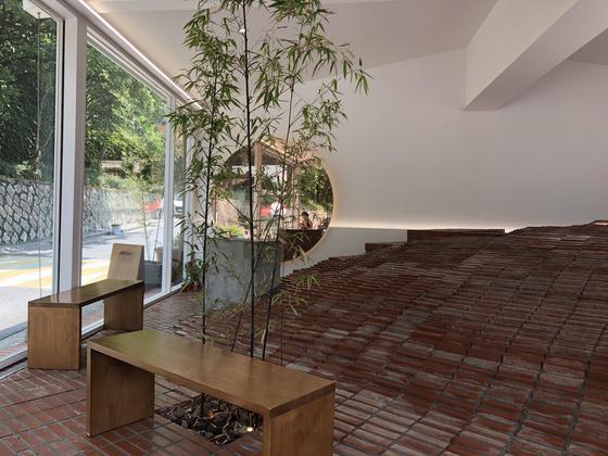카페 바닥에 테이블 대신 벽돌 언덕을 조성해 놓은 연남동 커피냅로스터스 내부.