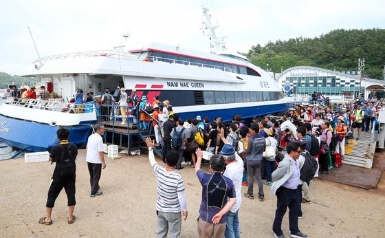 지난 24일 흑산도에서 전남 목포로 가려던 관광객들은 안개로 배 운항이 지연되면서 불편을 겪었다. 주민들은 일상에서 겪고 있는 일이다. 프리랜서 장정필