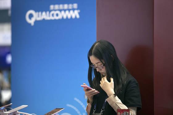 네덜란드 반도체 회사 NXP를 인수하려던 퀄컴이 중국 정부의 승인 거부로 계획을 포기했다. [AP=연합뉴스]