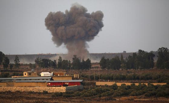 24일 시리아 남서부 국경지역에서 IS 연계조직의 공습으로 연기가 피어오르고 있다. [AFP=연합뉴스]