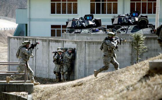 ' 키 리졸브 ( Key Resolve ) ' 훈련 기간에 로드리게스 사격장에서 한 미 해병 시가전 훈련이 실시됐다. 미군 병사들이 가상 적군이 점령한 건물을 향해 전진하고 있다. [중앙포토]