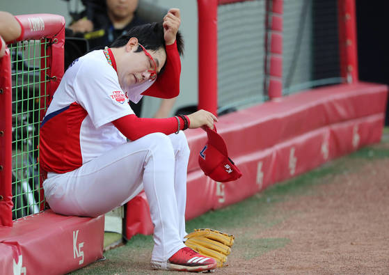 한국 야구 대표팀 에이스 양현종(왼쪽 사진)은 올해 리그에서 두 번째로 많은 이닝을 소화해 지친 모습이 역력하다. [연합뉴스]