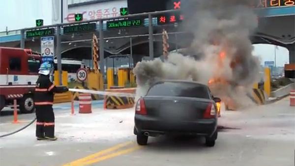 폭염 속에선 차량 엔진룸의 온도가 치솟아 화재가 발생하는 경우가 늘어난다. [연합뉴스]