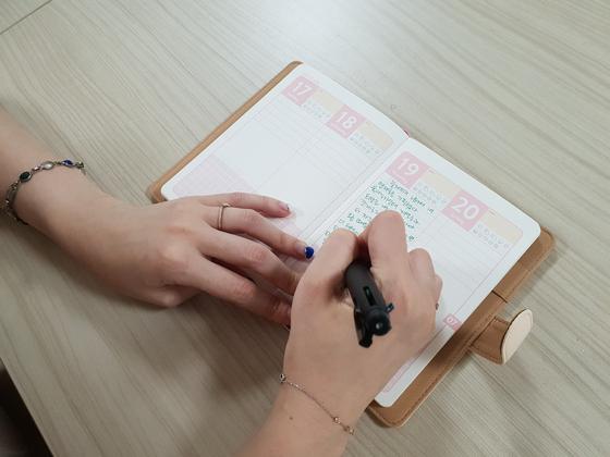 올해 초 마련한 육아 일기용 다이어리. 몇 개월 동안 열어보지도 못하다 이래선 안 되겠다 싶어 지난달부터 펜을 들었다. 글자가 채워진 날보다 빈칸이 더 많은 일기장이다. [사진 서영지]