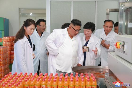 북한 김정은 국무위원장이 부인 이설주와 함께 강원도 송도원종합식료공장을 시찰했다고 조선중앙통신이 26일 보도한 사진. 북한은 이날 이설주를 '여사'가 아닌 '동지'라고 불렀다. [조선중앙통신=연합뉴스]