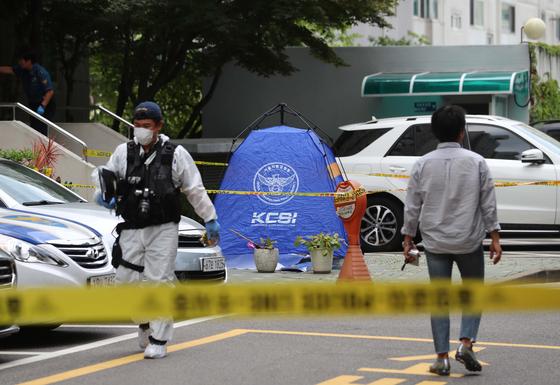 23일 투신장소인 서울 중구 한 아파트에서 경찰 관계자들이 사건 경위를 조사하고 있다. [연합뉴스]