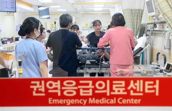 의료진이 서산에서 인천으로 긴급 이용한 환자를 권역응급의료센터에서 치료하는 모습. 최정동 기자