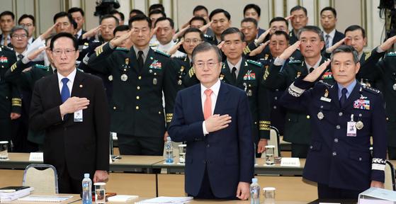 문재인 대통령이 27일 오후 청와대 영빈관에서 열린 전군 주요지휘관 회의에 참석해 국민의례를 하고 있다. 청와대사진기자단