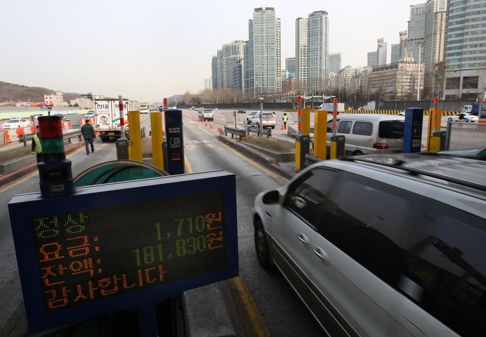 고속도로 통행료 미납의 98%는 하이패스 차로에서 발생한다. [중앙포토]