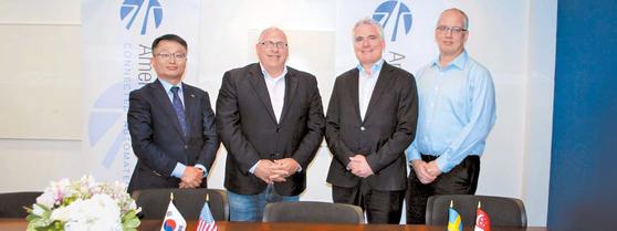 미국 미시간주에 위치한 ACM에서 지난달 26일 열린 한국교통안전공단의 업무협약 모습. 왼쪽부터 한국 K-City의 조성우 팀장, 미국 ACM의 CEO John Maddox, 스웨덴 AstaZero의 CEO Peter Janevik, 싱가포르 CETRAN의 Niels de Boer. [사진 한국교통안전공단]