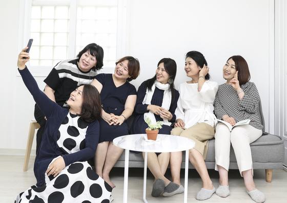 자살 유가족 김혜정씨(오른쪽 둘째)가 '자살 유가족과 따뜻한 친구들' 모임에서 셀카를 찍으며 즐거운 시간을 보내고 있다. 임현동 기자