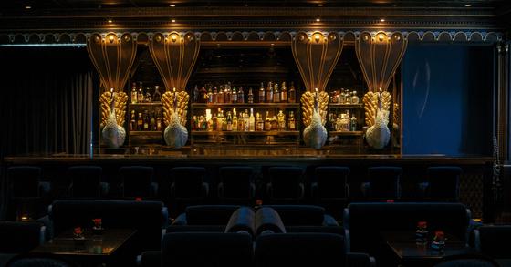 호텔 최상층에 위치한 '마크 다모르' 바는 로맨틱한 무드를 강조했다.