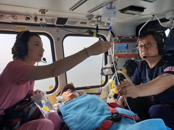 양혁준 응급센터장과 김효선 간호사가 닥터헬기에서 환자에게 수액 등 약물치료를 하고 있다. 양영유 기자