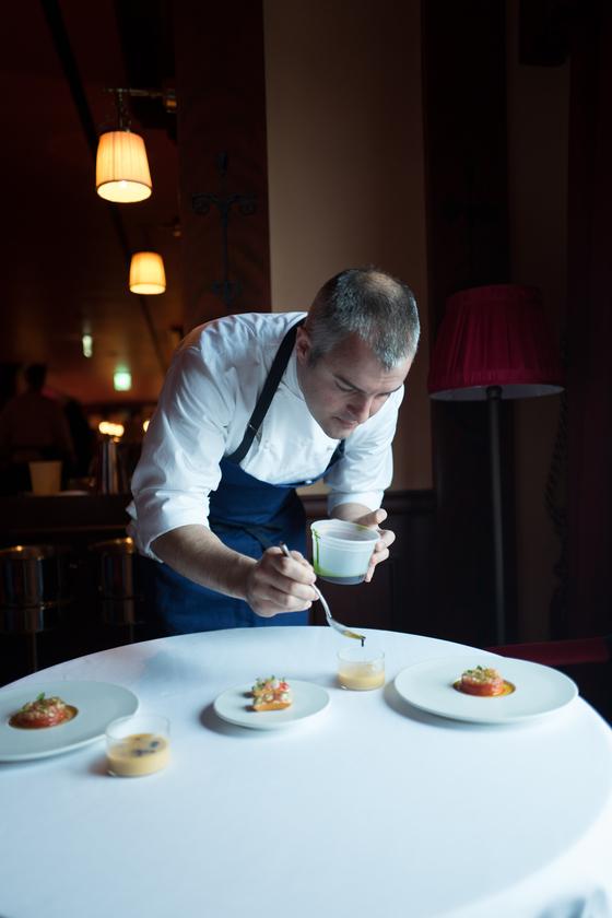 뉴욕 '더 모던'의 셰프 아브람 비셀이 양식당 '라망 시크레'에서 요리를 선보이고 있다.