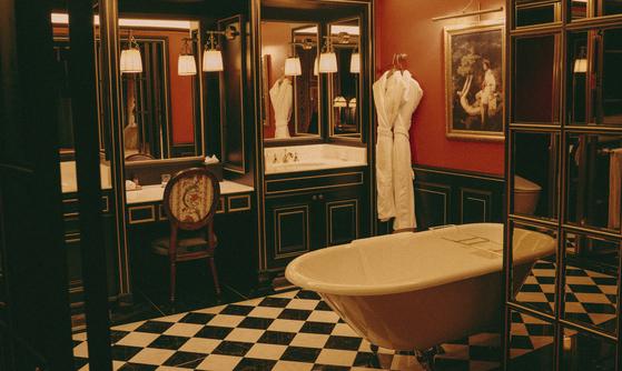 레스케이프 객실의 욕실. 개방형 욕조를 설치하고, 침실과의 경계를 허물었다.