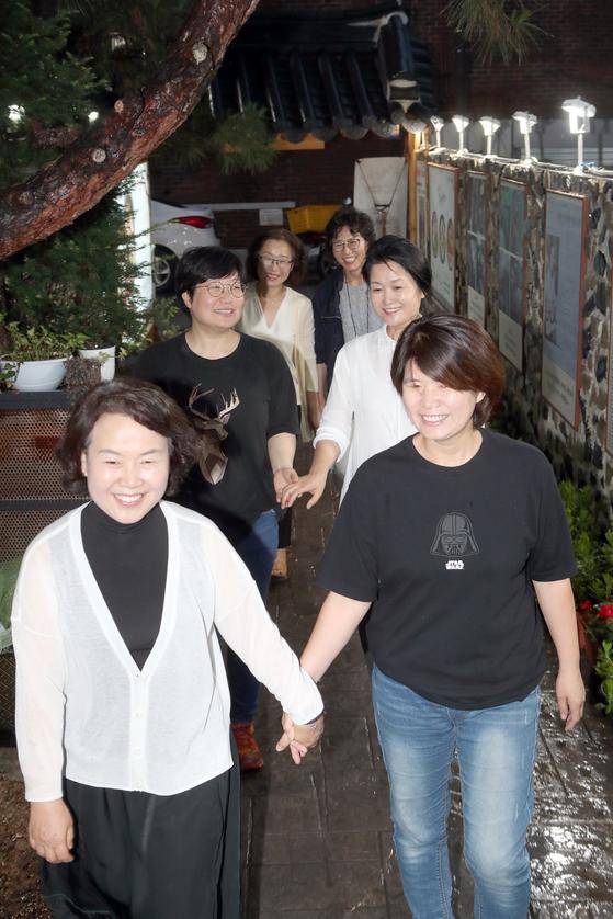 김혜정씨(오른쪽 둘째줄)와 과천 이웃들이 만나 음식점으로 들어가고 있다. 최정동 기자