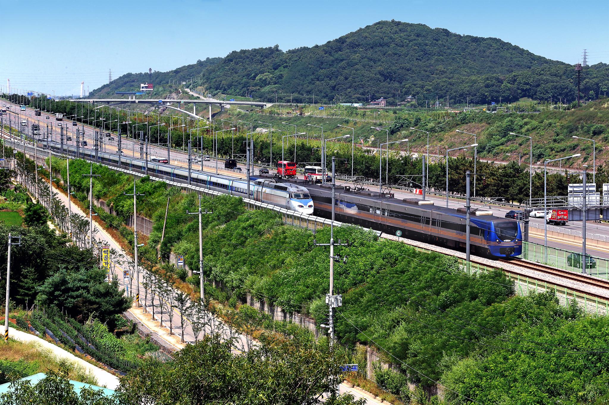 공항철도 노선을 달리고 있는 KTX((왼쪽). 오른쪽은 공항열차다. [중앙포토]