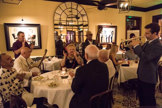 뉴올리언스에서는 귀 뿐 아니라 입도 즐겁다. 라이브 재즈 연주를 감상할 수 있는 아너드 재즈 비스트로(Arnaud's jazz bistro)는 음식 맛도 훌륭하다.