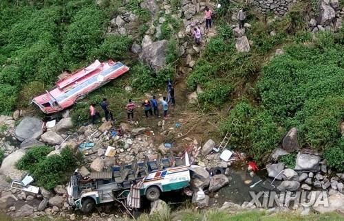 이달 초 인도 북부 히말라야 협곡에서 발생한 버스 추락 사고로 48명이 목숨을 잃었다. [신화=연합뉴스]