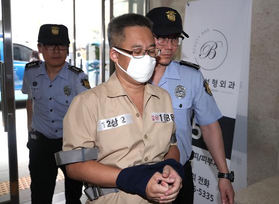 댓글조작 의혹 관련 혐의를 받고 있는 '드루킹' 김동원씨가 28일 오후 서울 강남구 드루킹 특검 사무실로 소환되고 있다. [뉴스1]
