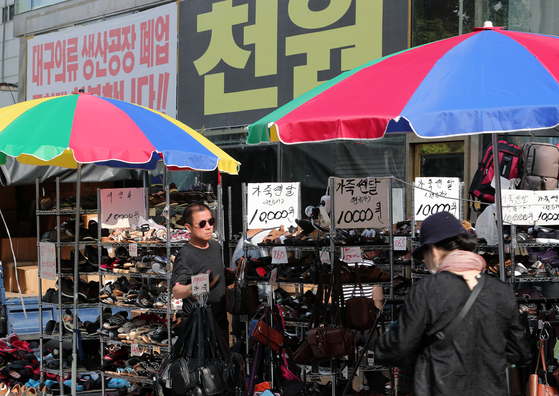최저임금 인상과 내수침체로 인해 소규모 자영업자 폐업이 급증하고 있다. 25일 오후 서울 종로구 한 상점에 폐업을 알리는 현수막이 게시돼 있다. [뉴스1]
