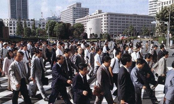 일본의 직장인들이 출근하고 있다. [중앙포토]