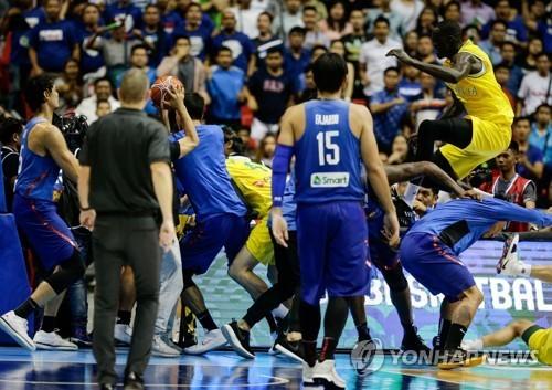 농구월드컵 예선 도중 호주와 난투극을 벌이는 필리핀 선수들(파란 유니폼). [EPA=연합뉴스]