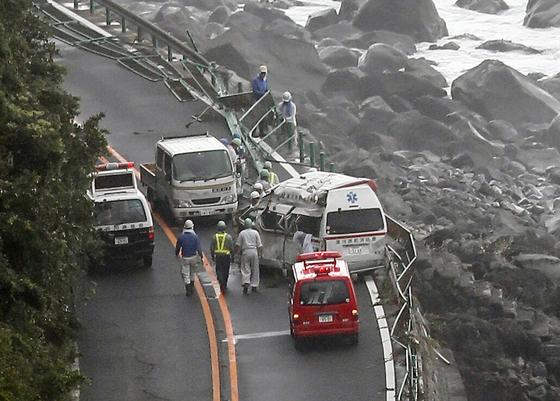 강풍과 폭우를 동반한 태풍 종다리가 일본 서남부에 상륙해 피해가 잇따르고 있다. 29일(현지시간) 일본 가나가와 현 오다와라시의 한 해안도로에서 태풍으로 인한 파도가 도로를 덥쳐 운행중이던 차량과 가드레일이 크게 훼손되어 있다. [EPA=연합뉴스]
