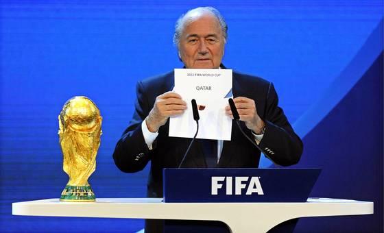 지난 2010년 FIFA 총회 투표를 통해 2022년 월드컵 개최지가 카타르로 선정된 직후 제프 블라터 당시 FIFA 회장이 이를 알리고 있다. [EPA=연합뉴스]