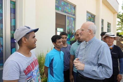 주한 교황대사 알프레드 수에레브 대주교(오른쪽 두번째)가 28일 제주도의 예멘 난민들과 만났다. [사진 한국천주교주교회의]