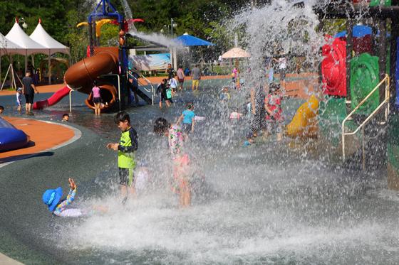 경기도 곳곳에 물놀이를 즐길 만한 수영장이 많다. 서울을 떠나 여행 기분도 느낄 수 있는 여행지다. [사진 경기관광공사]