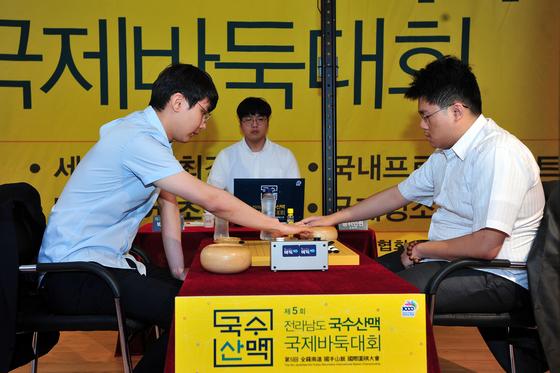 국수산맥 세계프로 최강전에서 우승한 박정환(왼쪽) 9단. [사진 한국기원]