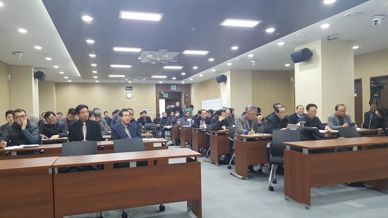 서울교통공사 퇴직자들이 협동조합 운영에 관한 논의를 하고 있다. 김동호 기자