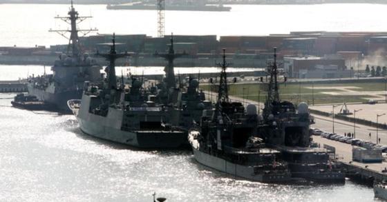 지난 2010년 10월 부산 앞바다에서 개최된 PSI ( 대량살상무기확산방지구상 ) 훈련 모습. [연합뉴스]