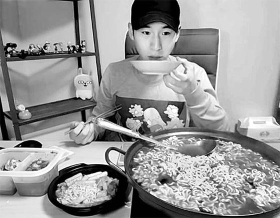 """먹방계의 수퍼스타 '밴쯔'가 디지털 기획 '라면로드'를 위한 특별 먹방을 녹화했다. 밴쯔는 '우연히 먹방을 찍었다가 유튜브 스타가 됐다"""" 고 말했다. [중앙포토]"""