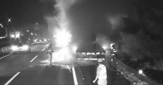 30일 오후 9시22분 경남 창원시 북면 남해고속도로 순천방향 126.4㎞ 지점을 달리던 25톤 트레일러에서 불이나 소방대원들이 수습하고 있다. [사진 창원소방본부 제공]