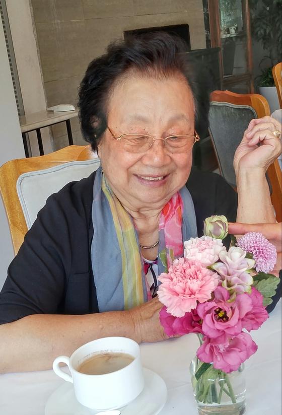 현대백화점 문화센터 옆에 있는 레스토랑에서 딸이 꽃을 보면서 소녀처럼 웃어보라고 하면서 '찰칵'. [사진 김길태]
