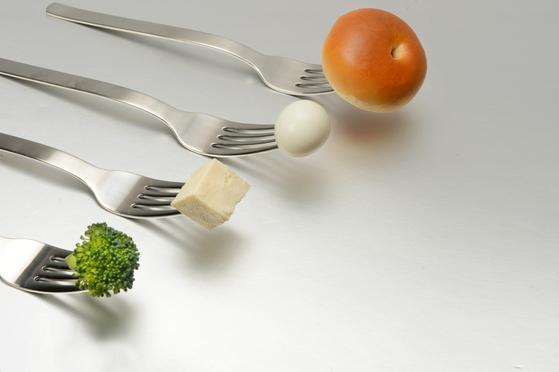 식사조절을 하는 습관을 들이다 보면 과식하는 때가 와도 자동으로 몸이 알아서 처리할 수 있는 능력이 생긴다. [중앙포토]
