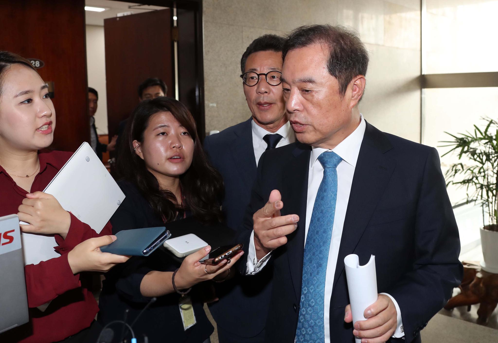 김병준 자유한국당 비상대책위원장이 27일 오전 비공개 비대위 회의를 마치고 나오며 기자들의 질문을 받고 있다.변선구 기자