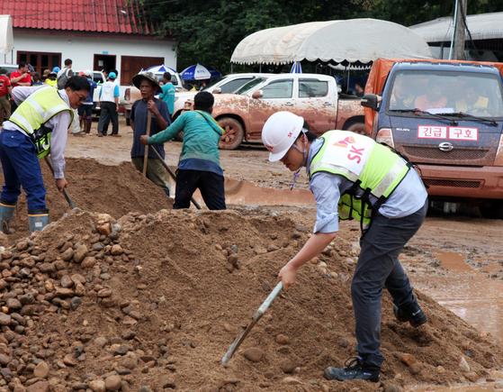 SK그룹 긴급구호단은 29일(현지시간) 라오스 아타프주 대피소에서 이재민을 위한 임시 주택 건설을 시작했다. 150여개 주택을 짓는 이 공사는 한 달 뒤 완료할 예정이다. [사진 SK]