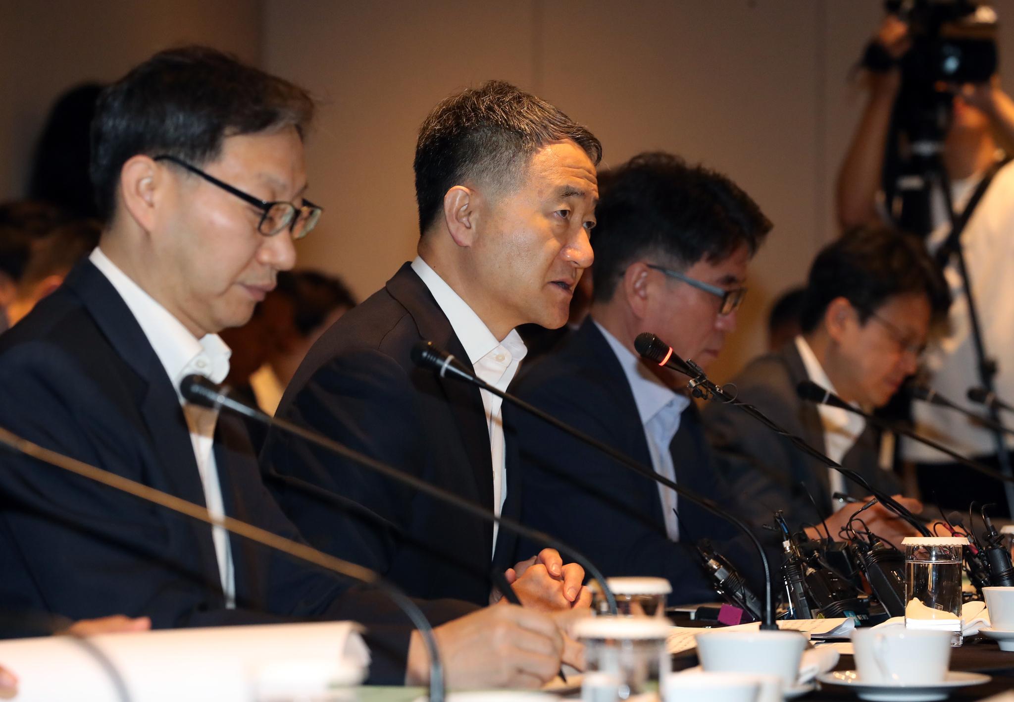 박능후 보건복지부 장관(왼쪽 두번째)이 30일 서울 중구 플라자호텔에서 열린 '2018년도 제6차 국민연금기금운용위원회'에 참석해 모두 발언을 하고 있다. [뉴스1]