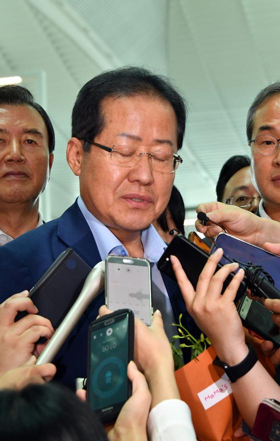 홍준표 전 자유한국당 대표가 11일 오후 인천국제공항을 통해 미국으로 출국 전 취재진의 질문에 답변하고 있다. 공항사진기자단