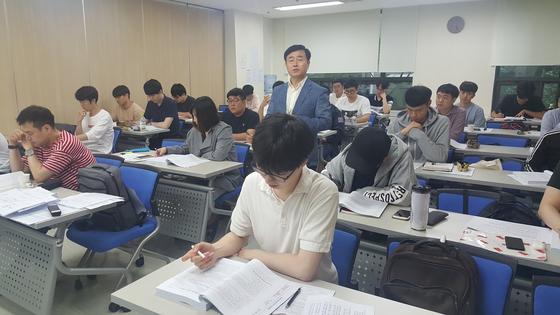 청년 취업난으로 기관사 지망생이 늘어나자 퇴직자들의 강의 기회도 늘어나고 있다. 김동호 기자