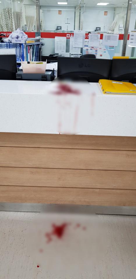 응급실 전공의가 주취자 폭행으로 피를 흘린 자국. [대한의사협회]